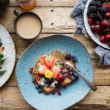 摂食障害で「顔や足が浮腫む」原因は?過食嘔吐で起きる体への悪影響や「食べることで改善できる」おすすめの食材
